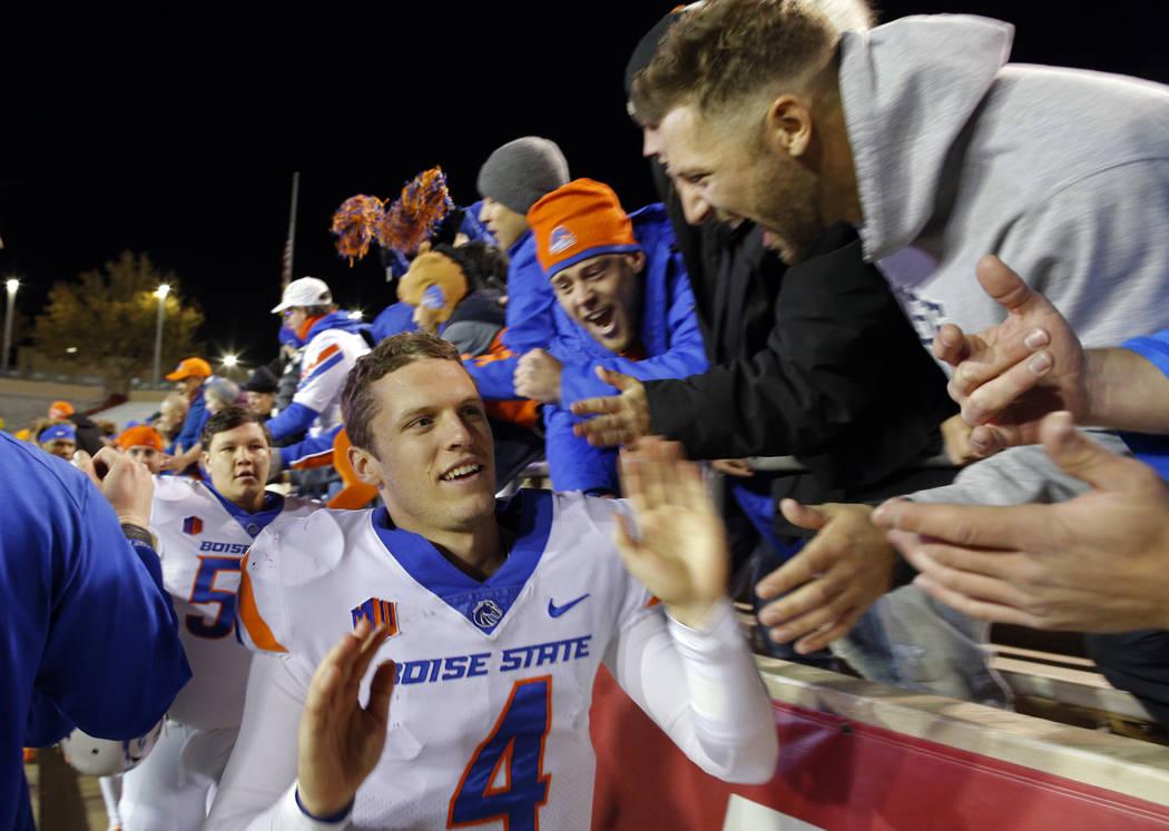 El mariscal de campo de Boise, Brett Rypien (4), es felicitado por los fans luego de que Boise State derrotó a Nuevo México 45 a 14 en un partido de fútbol americano universitario de la NCAA en ...