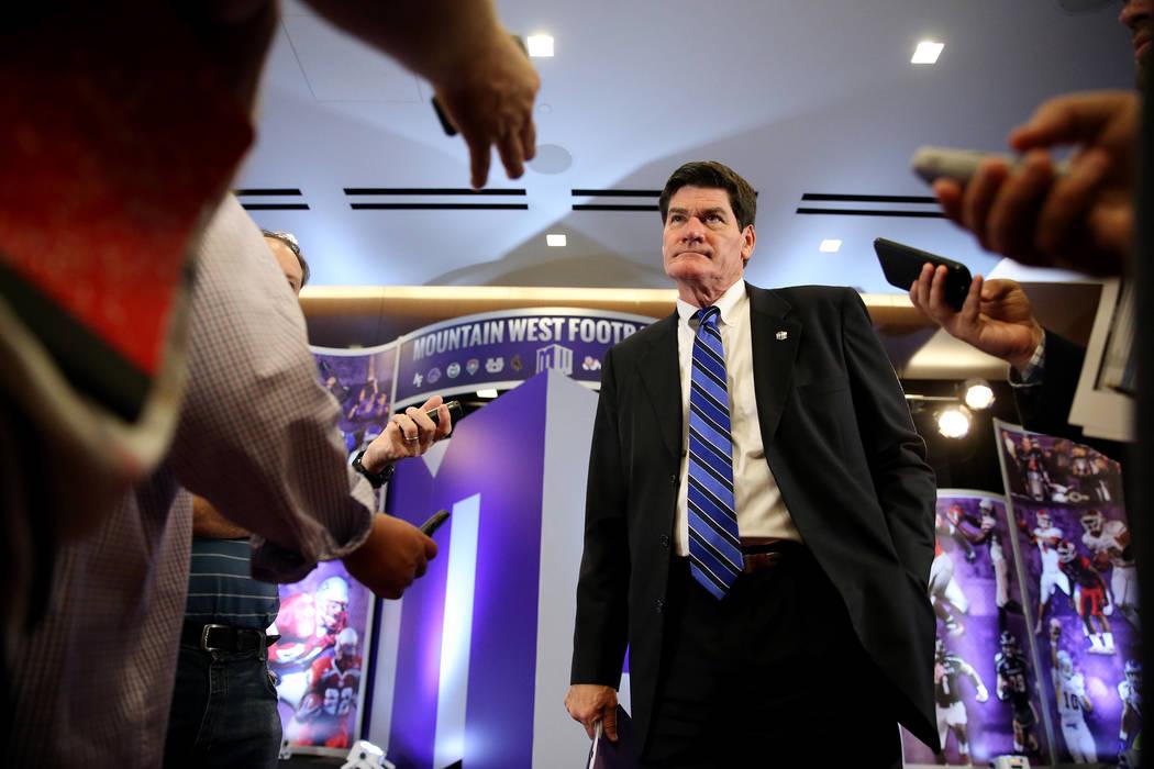 El comisionado Craig Thompson, centro, es entrevistado durante el día de los medios de fútbol de la Conferencia Mountain West en el hotel-casino Cosmopolitan en Las Vegas, el martes 24 de julio ...