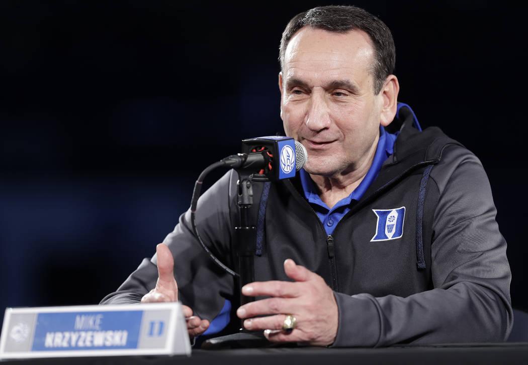 El entrenador en jefe de Duke, Mike Krzyzewski, habla a los medios de comunicación durante una conferencia de prensa en el día de los medios de baloncesto de la NCAA de la Atlantic Coast Confere ...