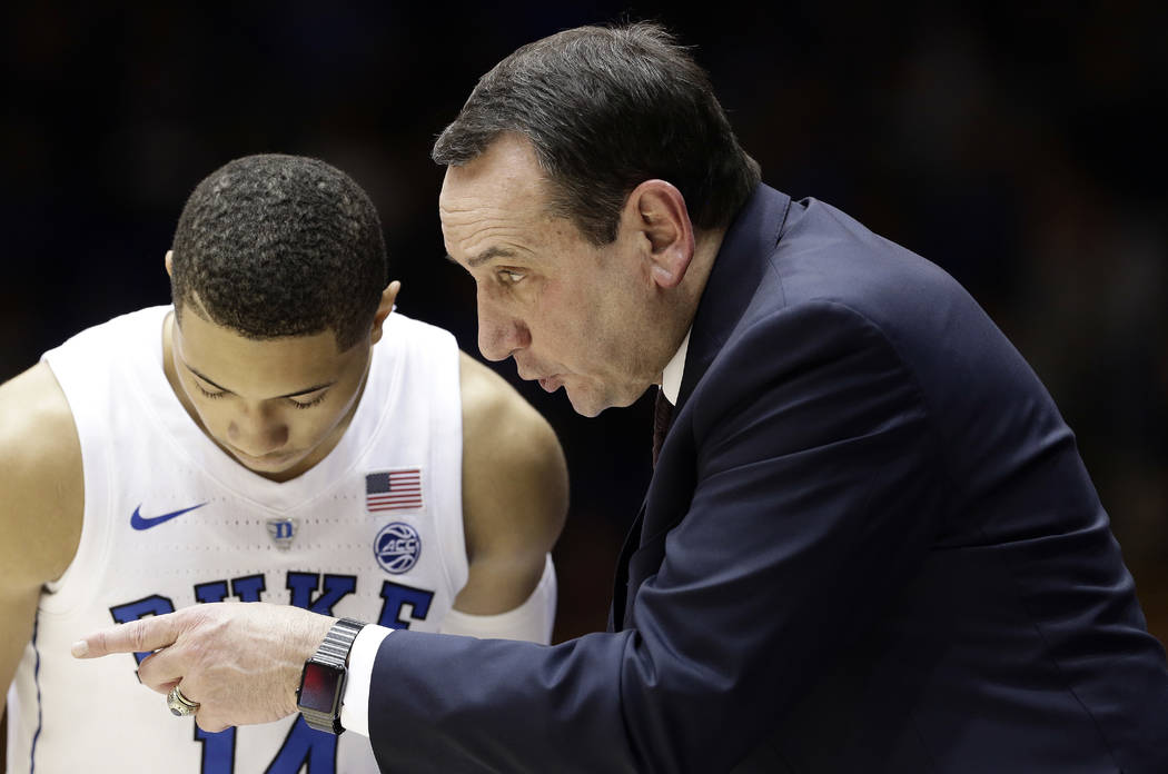 El entrenador en jefe de Duke, Mike Krzyzewski, habla con Jordan Goldwire durante la segunda mitad de un partido de baloncesto universitario de la NCAA contra Eastern Michigan en Durham, N.C., el ...