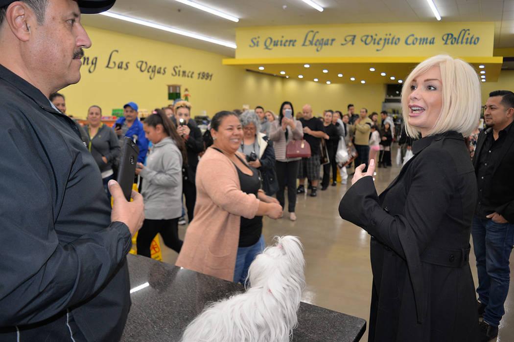 Marisela realizó una sesión de fotos y firma de autógrafos, previo a su presentación en el Westgate. Lunes 19 de noviembre en La Bonita de West Lake Mead y Civic Center, en North Las Vegas. Fo ...