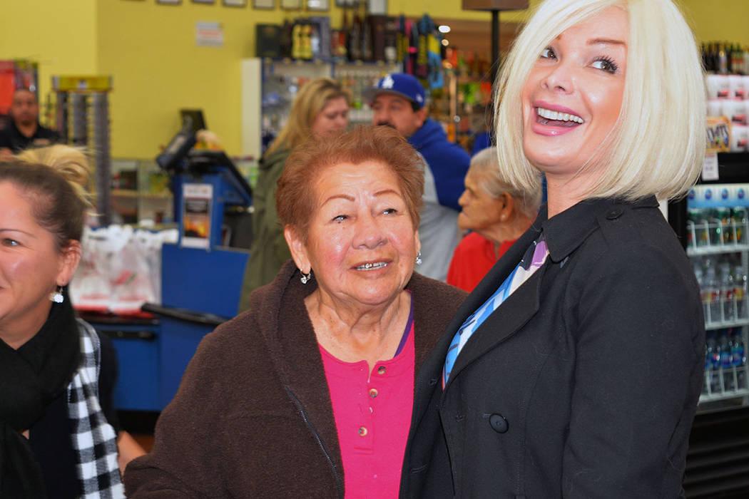 Marisela compartió con sus admiradores momentos de alegría. Lunes 19 de noviembre en La Bonita de West Lake Mead y Civic Center, en North Las Vegas. Foto Frank Alejandre / El Tiempo.