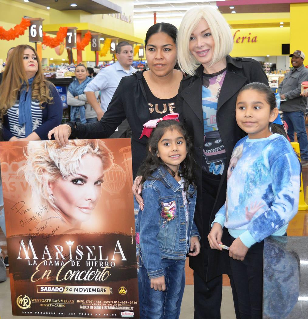 Marisela posó junto a las niñas Ailanny, de cinco años de edad, su hermanita Ángela, de 8 y la mamá de ambas, Lourdes Esparza. Lunes 19 de noviembre en La Bonita de West Lake Mead y Civic Cen ...