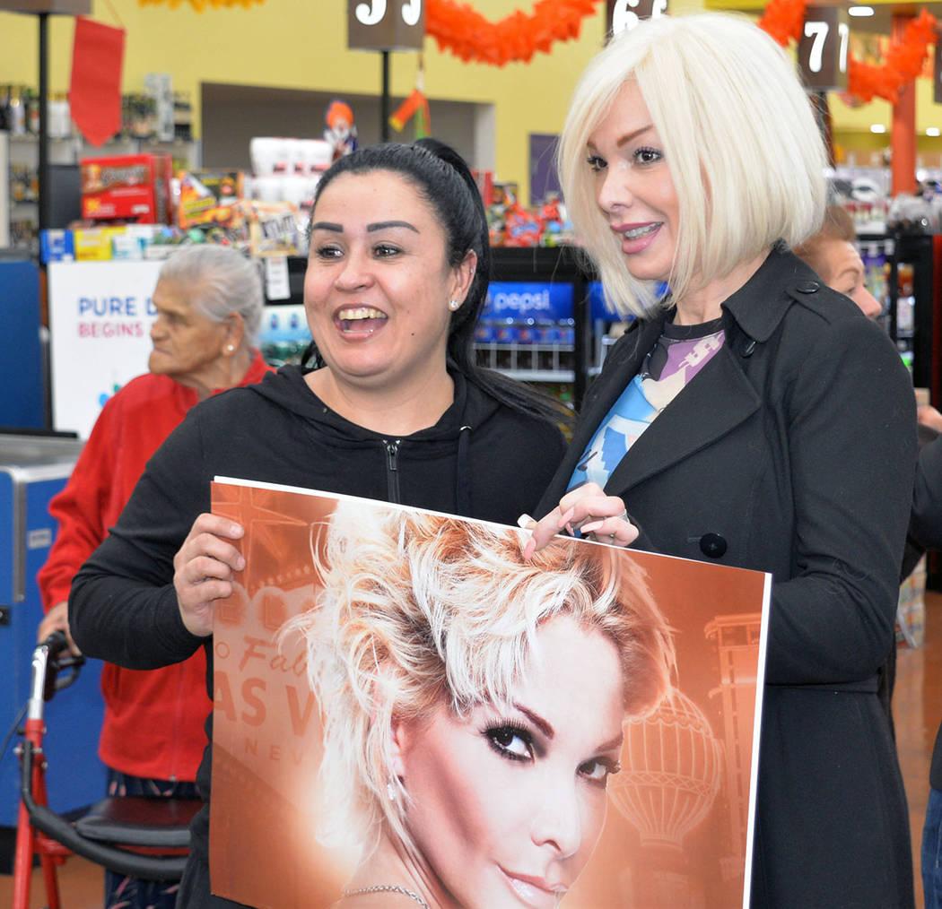 Muchos esperaron la llegada de Marisela con paciencia en el supermercado. Lunes 19 de noviembre en La Bonita de West Lake Mead y Civic Center, en North Las Vegas. Foto Frank Alejandre / El Tiempo.