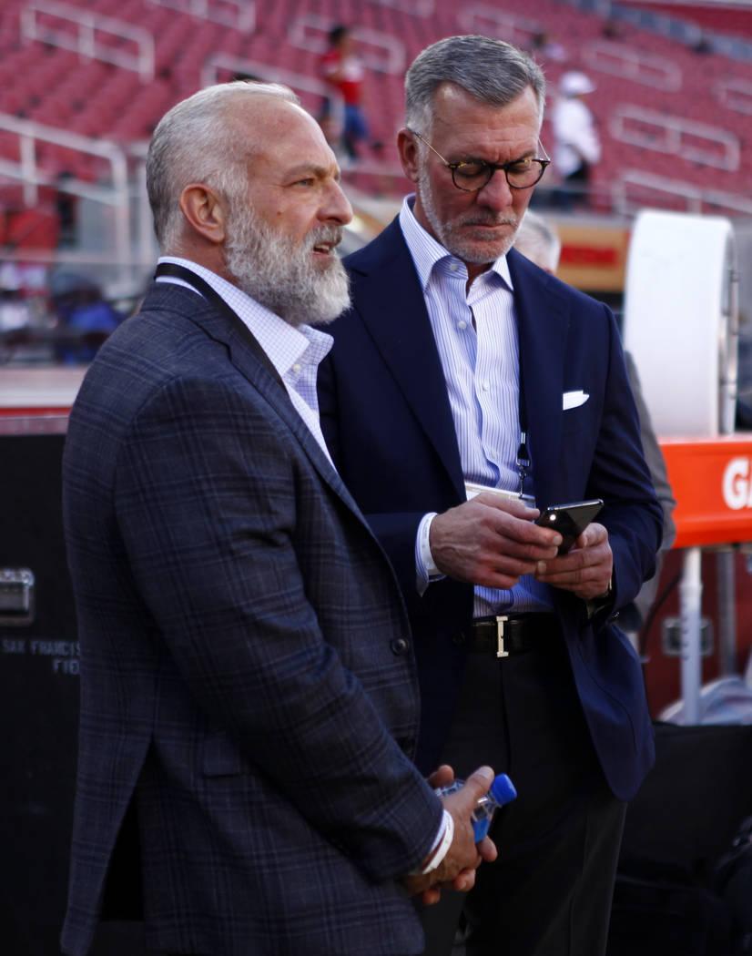 Los dueños de la mayoría de Station Casinos, Lorenzo Fertitta, izquierda, y Frank Fertitta son vistos en la línea lateral de los 49ers de San Francisco antes del inicio de un juego de la NFL co ...