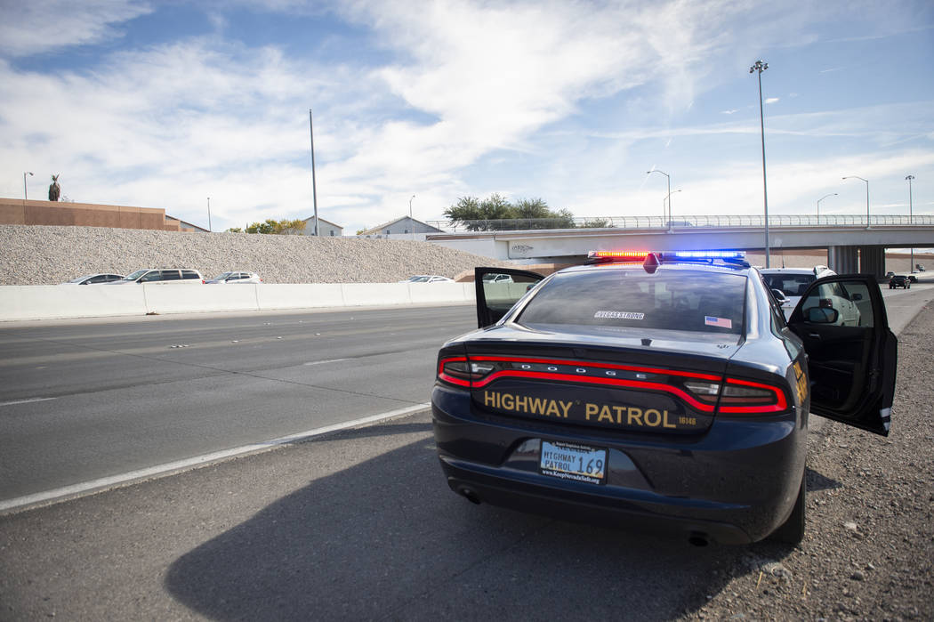 Jason Buratczuk, oficial de información y educación pública de la Patrulla de Carreteras de Nevada, detiene a un conductor por exceso de velocidad en el 215 Beltway en Las Vegas el martes 20 de ...