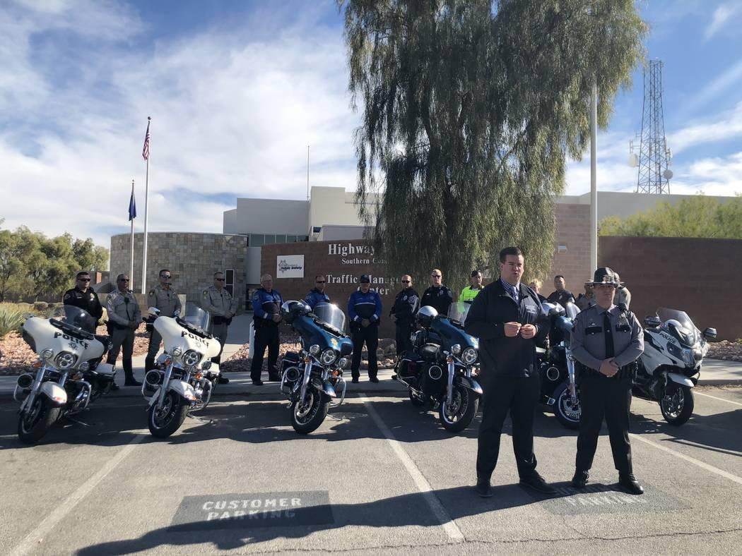 El portavoz de la Oficina de Seguridad del Tráfico de Nevada, Andrew Bennett, y el soldado de la Patrulla de Carreteras de Nevada, Jason Buratczuk, informan a los medios de comunicación en el co ...