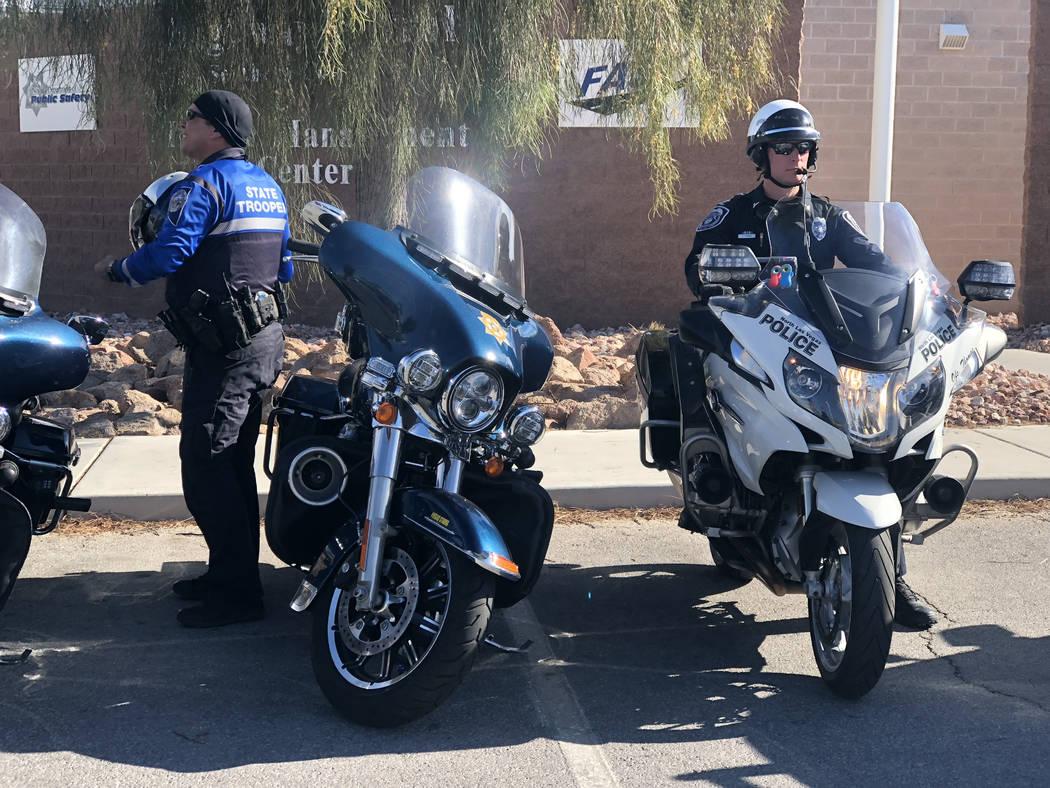 """Un oficial de North Las Vegas se prepara para comenzar los esfuerzos de patrullaje durante la última campaña estatal """"Click It or Ticket"""" dirigida a conductores que no usan el cinturón de segur ..."""