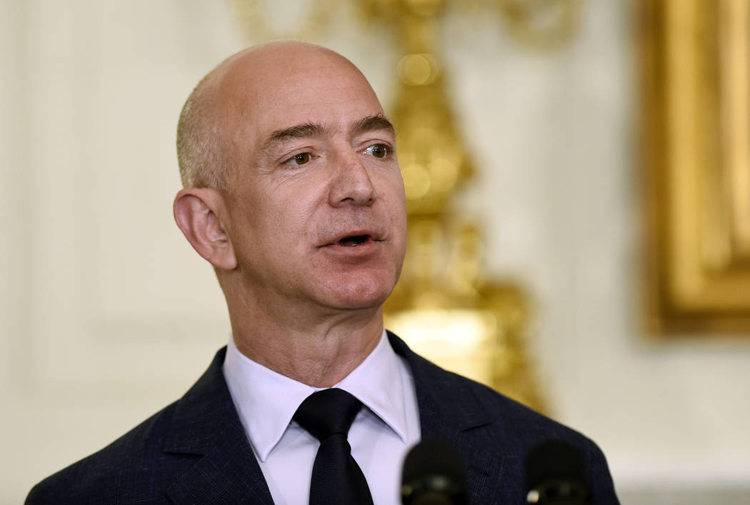 En esta foto de archivo del 5 de mayo de 2016, Jeff Bezos, fundador y CEO de Amazon.com, habla en el comedor estatal de la Casa Blanca en Washington. Bezos dijo el jueves 13 de septiembre de 2018 ...