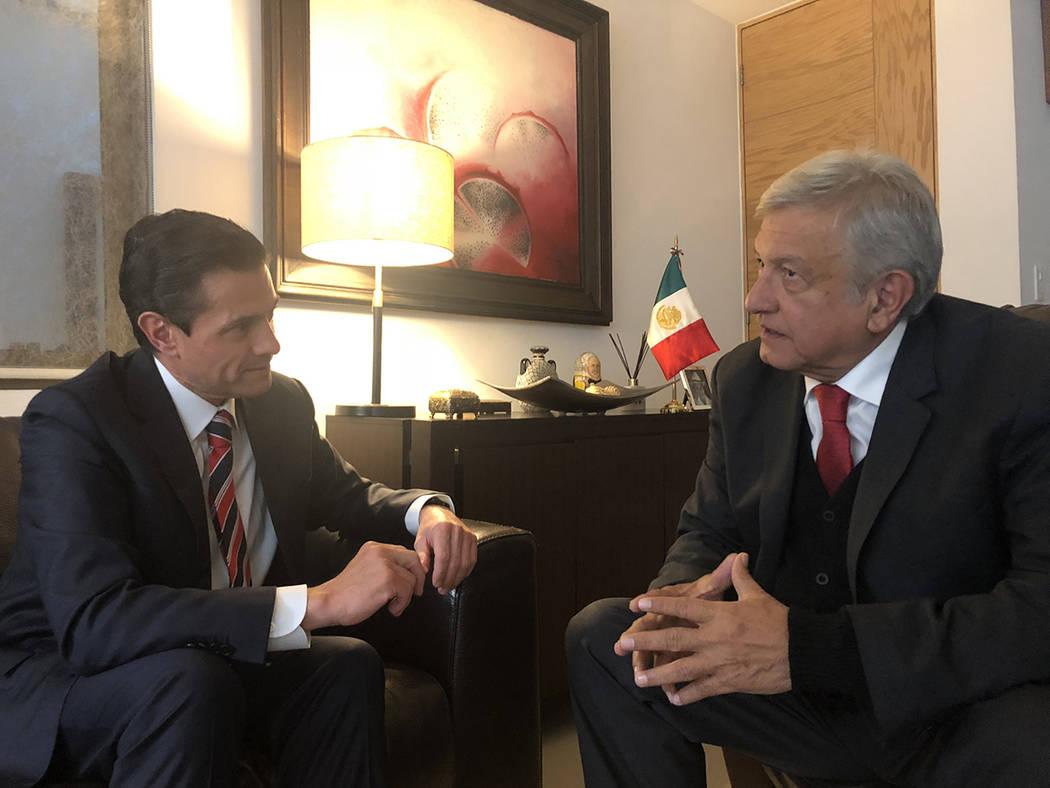 México 21 Nov 2018 (Notimex-Especial).- El presidente electo, Andrés Manuel López Obrador, se reunió en su domicilio particular con el presidente Enrique Peña Nieto, con el objetivo de defini ...