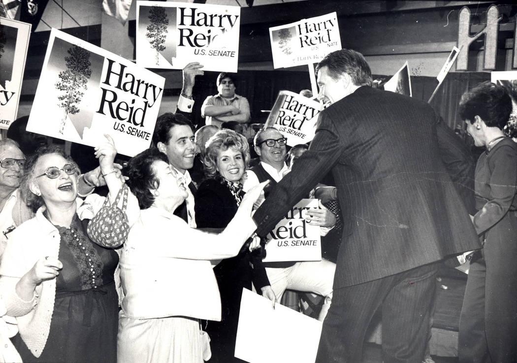 Harry Reid, derecha, Después de anunciar su victoria en Noviembre 7, 1986 (Archivo)