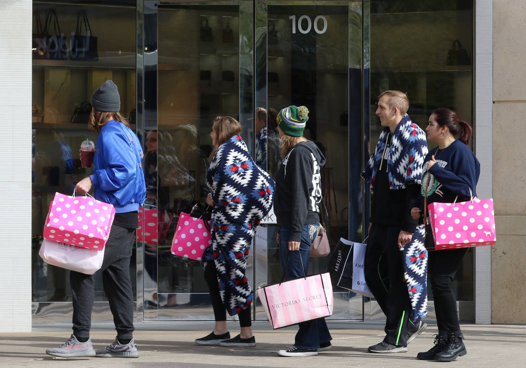El viernes, 23 de noviembre de 2018, los compradores de venta de viernes negro compran en el centro de Summerlin.. Bizuayehu Tesfaye Las Vegas Review-Journal @bizutesfaye