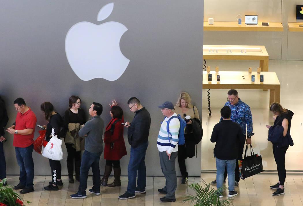 El viernes 23 de noviembre de 2018, los compradores de la venta del viernes negro hacen cola en la tienda Apple Fashion Mall de Apple. Bizuayehu Tesfaye Las Vegas Review-Journal @bizutesfaye