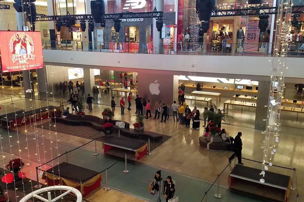 Se forma una línea fuera de la tienda de Apple en el centro comercial Fashion Show el viernes negro, 23 de noviembre de 2018. (Rick Velotta/Las Vegas Review-Journal)
