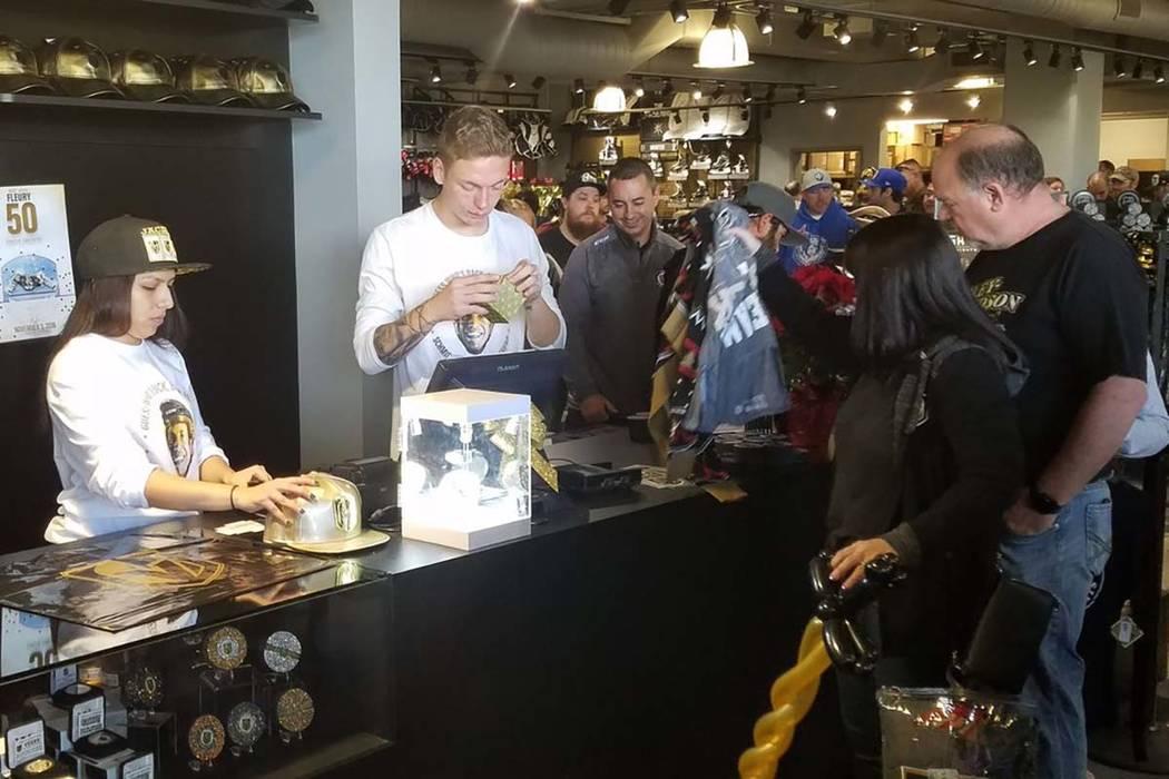 En The Arsenal en City National Arena en Downtown Summerlin, la línea de compra creció a aproximadamente 25 minutos el viernes negro, 23 de noviembre de 2018. (Rick Velotta/Las Vegas Review-Journal)