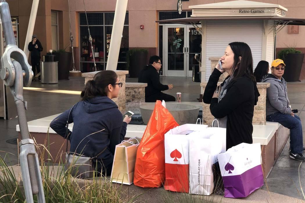Los compradores del Viernes Negro se toman un descanso en el North Premium Outlet en el centro de Las Vegas, el viernes 23 de noviembre de 2018. (Bizuayehu Tesfaye/Las Vegas Review-Journal) @bizut ...