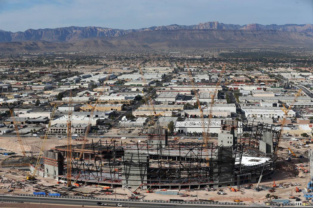 El sitio de construcción del estadio de los Raiders se ve desde el hotel-casino Mandalay Bay en Las Vegas, el viernes 16 de noviembre de 2018. Erik Verduzco Las Vegas Review-Journal / El Tiempo @ ...