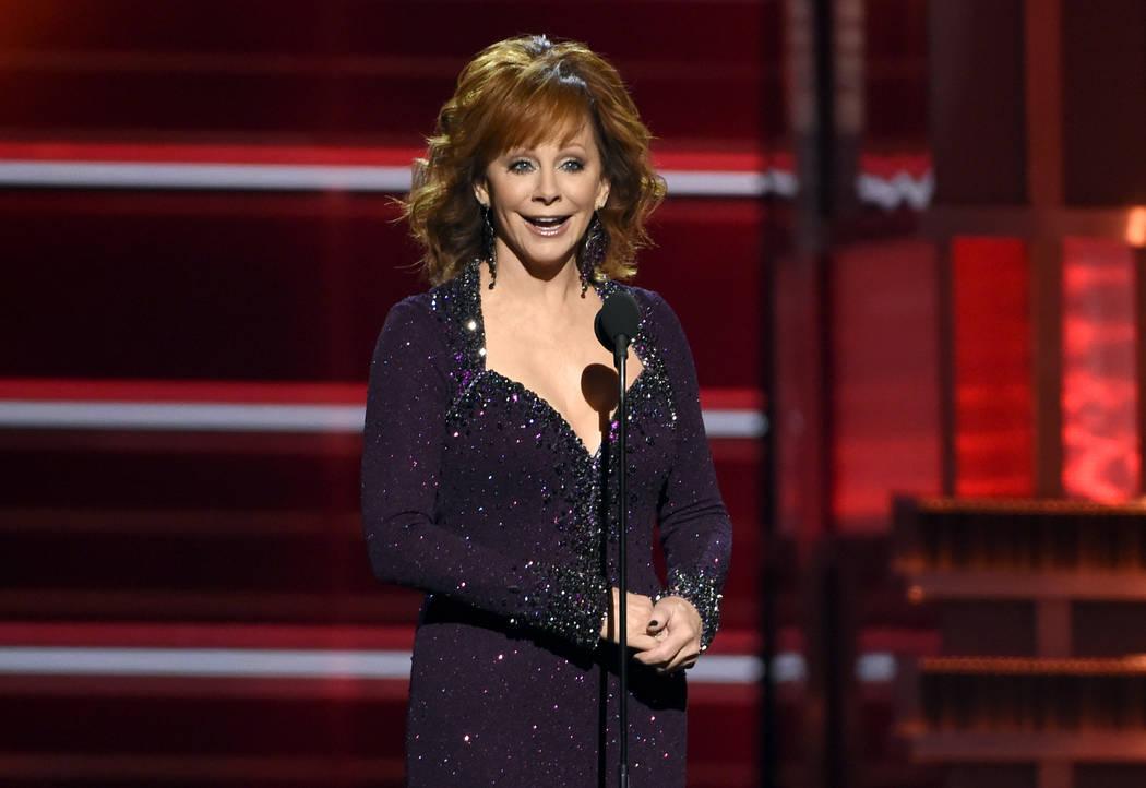 La presentadora Reba McEntire habla en la 53ª edición anual de los Premios de la Academia de Música Country en el MGM Grand Garden Arena el domingo 15 de abril de 2018, en Las Vegas. (Foto por ...