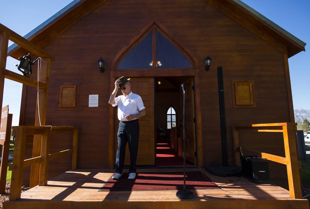 El empresario Jim Marsh llega para la apertura de la Capilla en Longstreet, una réplica de una iglesia católica en Belmont, en el Marsh's Longstreet Casino en Amargosa Valley el domingo 28 de oc ...