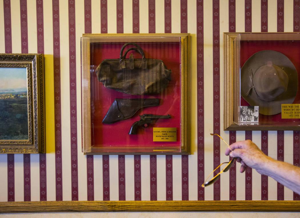 """El hombre de negocios Jim Marsh señala los elementos utilizados por """"Death Valley Scotty"""" o Walter Edward Perry Scott, en su Casino Longstreet en Amargosa Valley el domingo 28 de octubre de 2018. ..."""