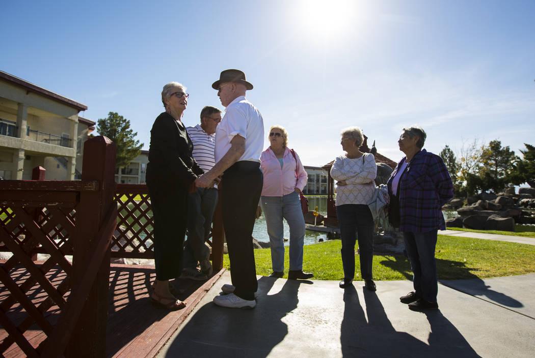 El residente de Amargosa Valley, Sue Selbach, a la izquierda, es recibido por el empresario Jim Marsh cuando la gente llega para la apertura de la Capilla en Longstreet, una réplica de una iglesi ...