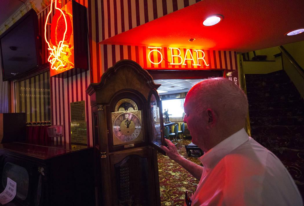 El empresario Jim Marsh habla sobre los diferentes artículos históricos que guarda en su Casino Longstreet en Amargosa Valley el domingo 28 de octubre de 2018. Chase Stevens Las Vegas Review-Jou ...
