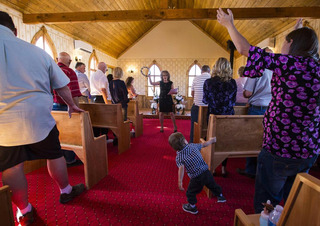 Sherry Donegan de la Iglesia de Amargosa, centro, dirige un servicio para la apertura de la Capilla en Longstreet, una réplica de una iglesia católica en Belmont, en Marsh's Longstreet Casino en ...