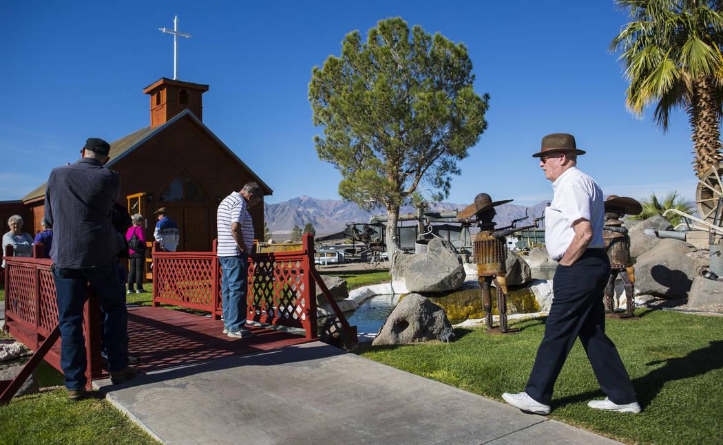 El empresario Jim Marsh, a la derecha, llega para la apertura de la Capilla en Longstreet, una réplica de una iglesia católica en Belmont, en el Marsh's Longstreet Casino en Amargosa Valley el d ...