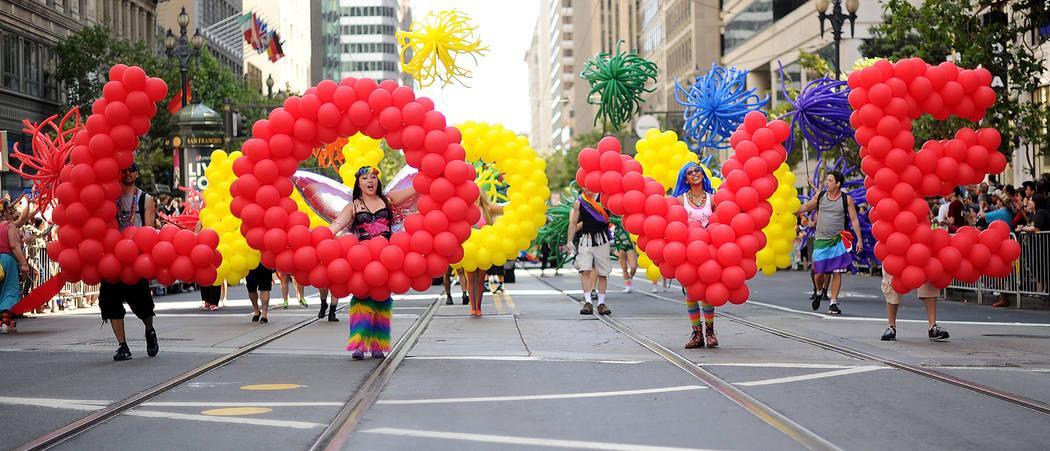 """Deanna Ryan lleva la letra """"O"""" como parte de una brigada de globos que deletrea """"amor"""" durante el 43° desfile anual del Orgullo Gay en San Francisco el domingo 30 de junio de 2013. (Foto AP / Noa ..."""