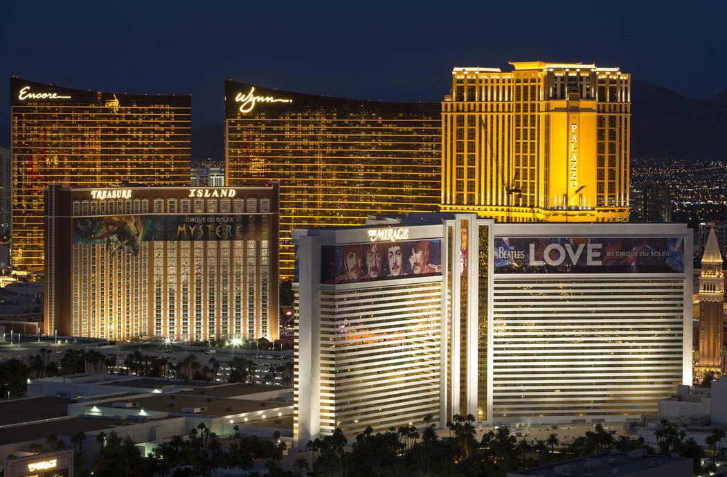 El horizonte del Strip se ilumina al atardecer desde el VooDoo Lounge en la parte superior del hotel-casino Rio en Las Vegas el miércoles 3 de octubre de 2018. Richard Brian Las Vegas Review-Jour ...