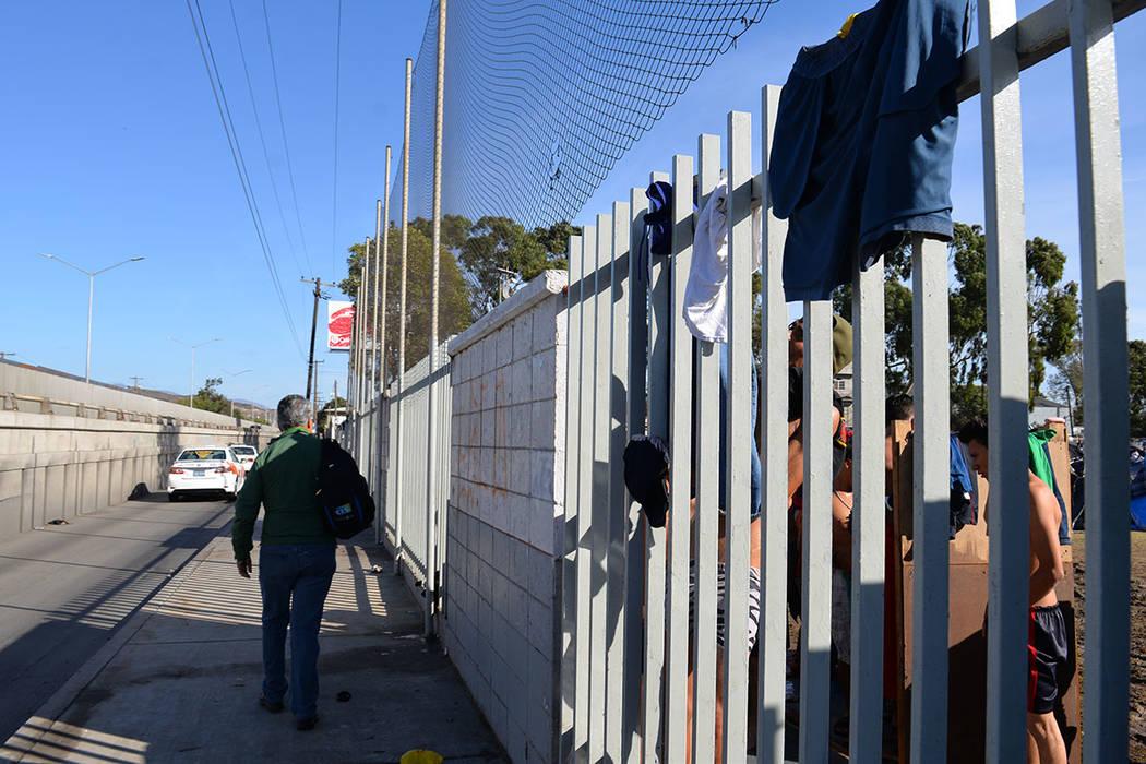Los migrantes tienen que bañarse en grupos y soportar las inclemencias del tiempo. Domingo 25 de noviembre de 2018, en Tijuana, Baja California Norte. Foto Frank Alejandre / El Tiempo.