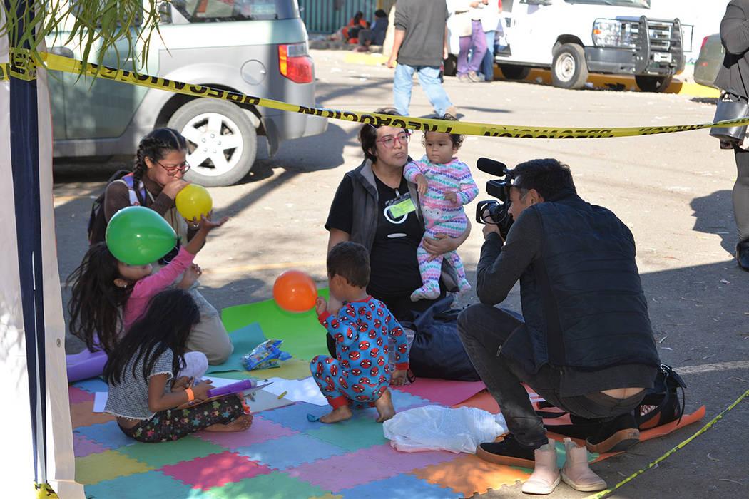 El albergue fue copado hasta su máxima capacidad, de hecho, el acceso a los medios de comunicación ya no ha sido posible. Domingo 25 de noviembre de 2018, en Tijuana, Baja California Norte. Foto ...