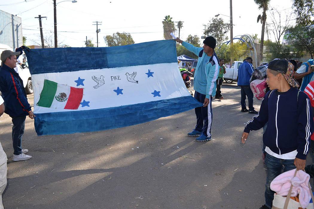 Algunos migrantes portan con orgullo la bandera de los Estados Unidos, para muchos, el destino final. Domingo 25 de noviembre de 2018, en Tijuana, Baja California Norte. Foto Frank Alejandre / El ...