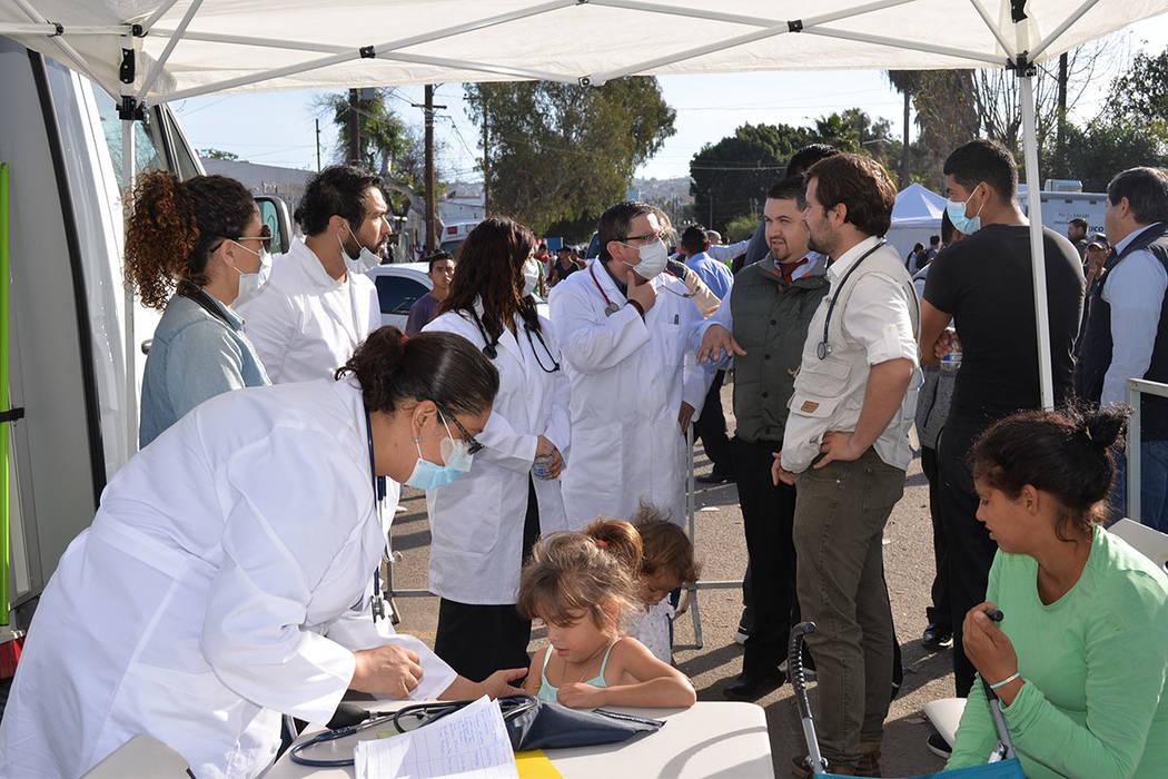 Una improvisada unidad de servicios médicos fue instalada en el acceso del albergue, el sábado 24 atendieron más de 200 personas. Domingo 25 de noviembre de 2018, en Tijuana, Baja California No ...