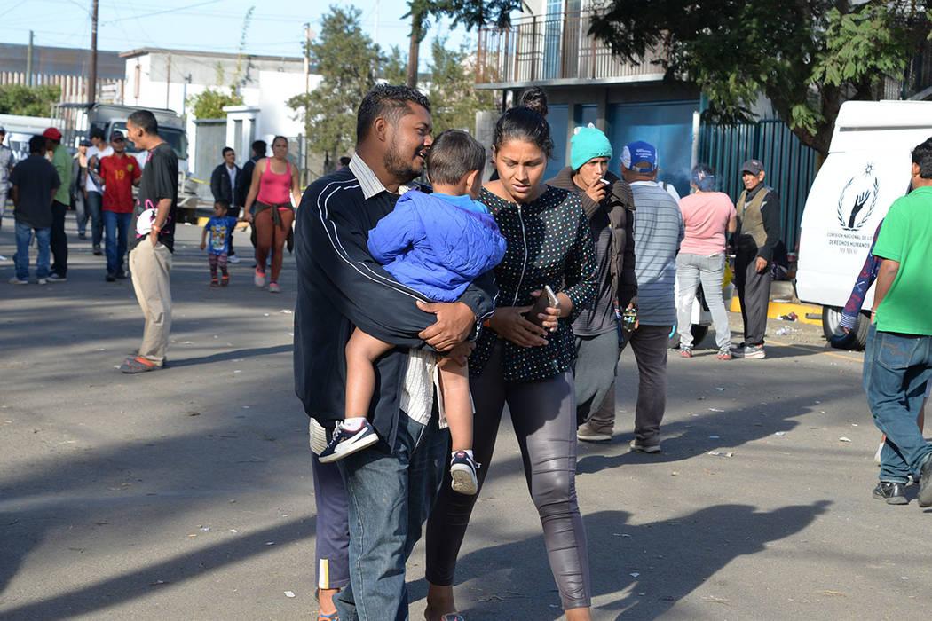 Algunos migrantes decidieron emprender esta odisea en familia. Domingo 25 de noviembre de 2018, en Tijuana, Baja California Norte. Foto Frank Alejandre / El Tiempo.