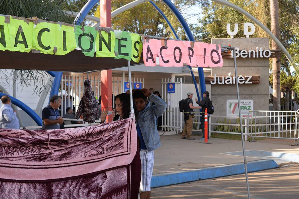 El albergue sigue aceptando donaciones y la respuesta de la gente ha sido muy humana. Domingo 25 de noviembre de 2018, en Tijuana, Baja California Norte. Foto Frank Alejandre / El Tiempo.