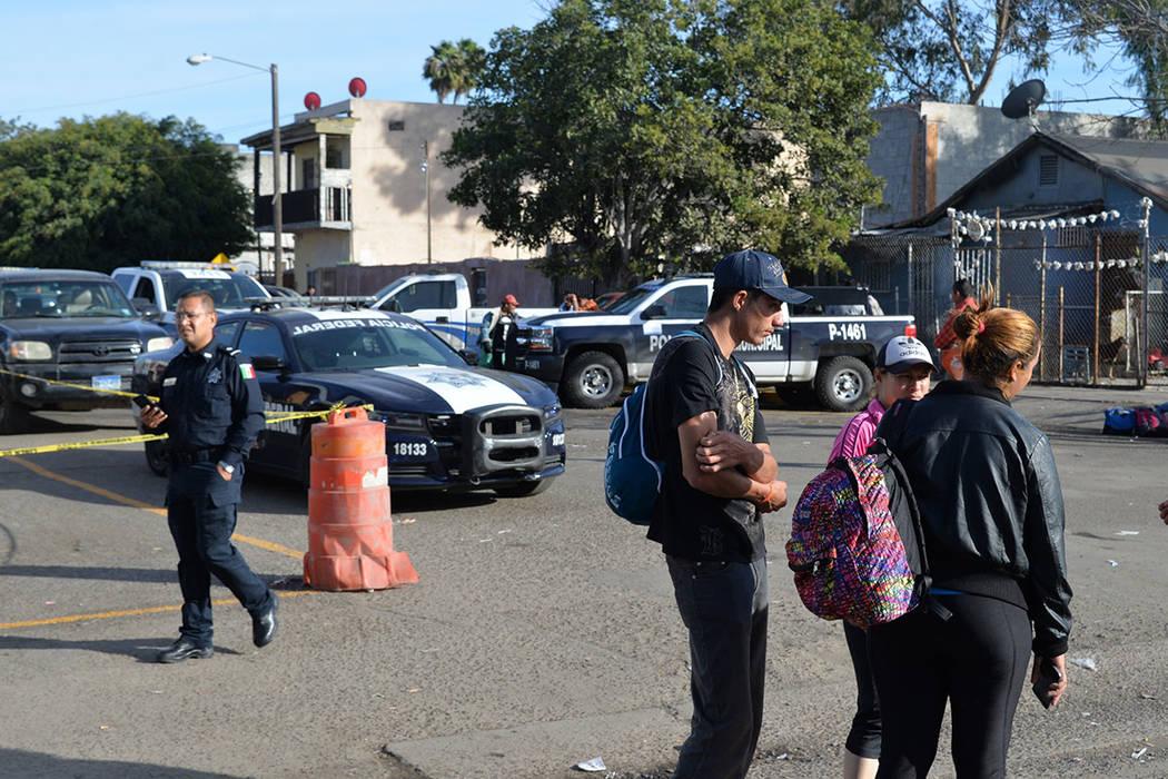 Luego de la fallida movilización de ingreso forzado, la vigilancia en el albergue Benito Juárez se redobló. Domingo 25 de noviembre de 2018, en Tijuana, Baja California Norte. Foto Frank Alejan ...