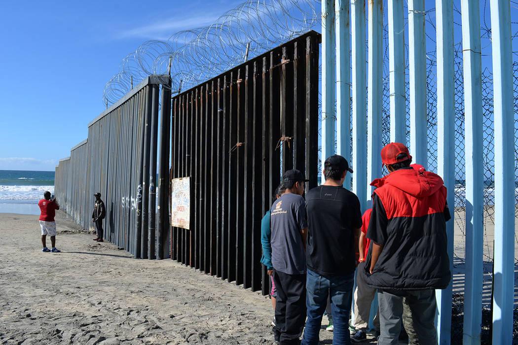 Migrantes observan el lado americano desde el Parque de la Amistad. Domingo 25 de noviembre de 2018, en Tijuana, Baja California Norte. Foto Frank Alejandre / El Tiempo.