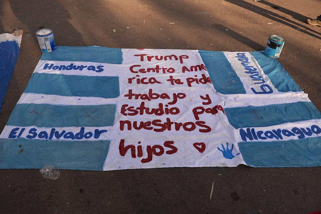Trump, Centroamérica te pide trabajo y estudio para nuestros hijos, reza la manta. Domingo 25 de noviembre de 2018, en Tijuana, Baja California Norte. Foto Frank Alejandre / El Tiempo.