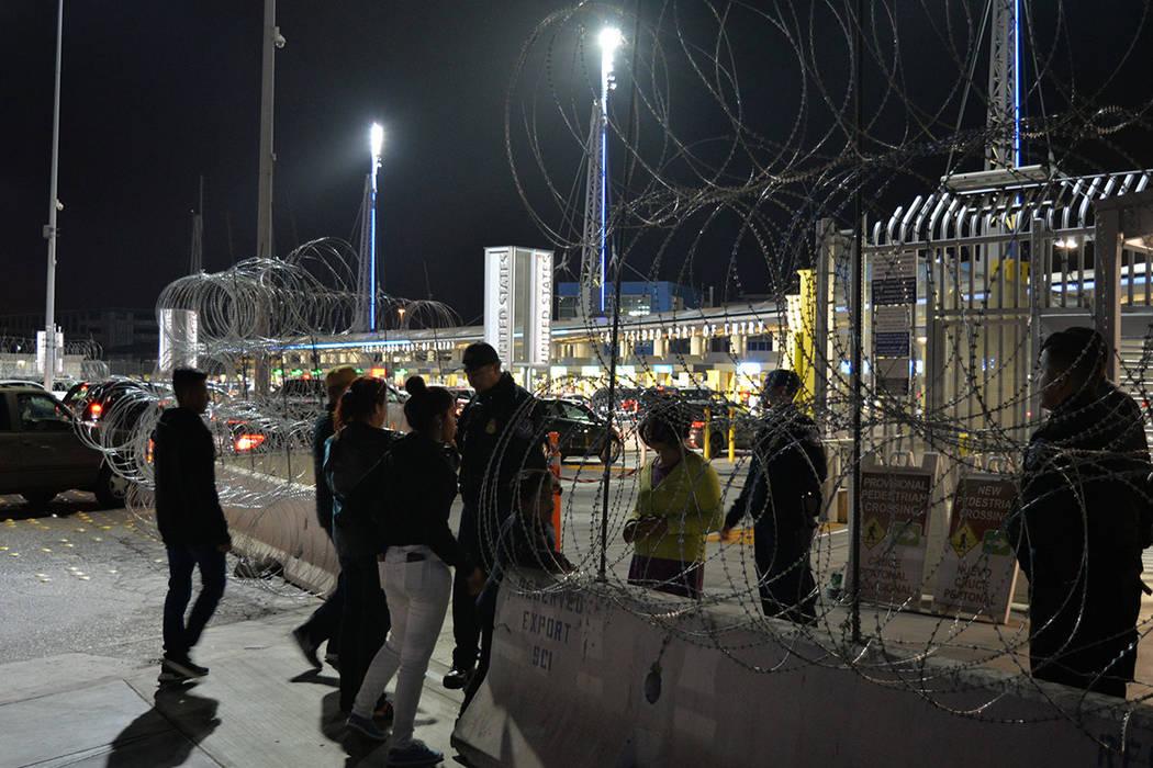Un grupo de personas son inspeccionadas, de manera exhaustiva, por oficiales de la patrulla fronteriza. Domingo 25 de noviembre de 2018, en Tijuana, Baja California Norte. Foto Frank Alejandre / E ...