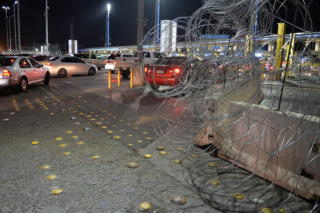 La frontera ha sido reforzada para pedir el ingreso ilegal de personas agrupadas en la Caravana Migrante. La alambrada de púas blinda la frontera, es sinónimo de la política antiinmigrante de l ...