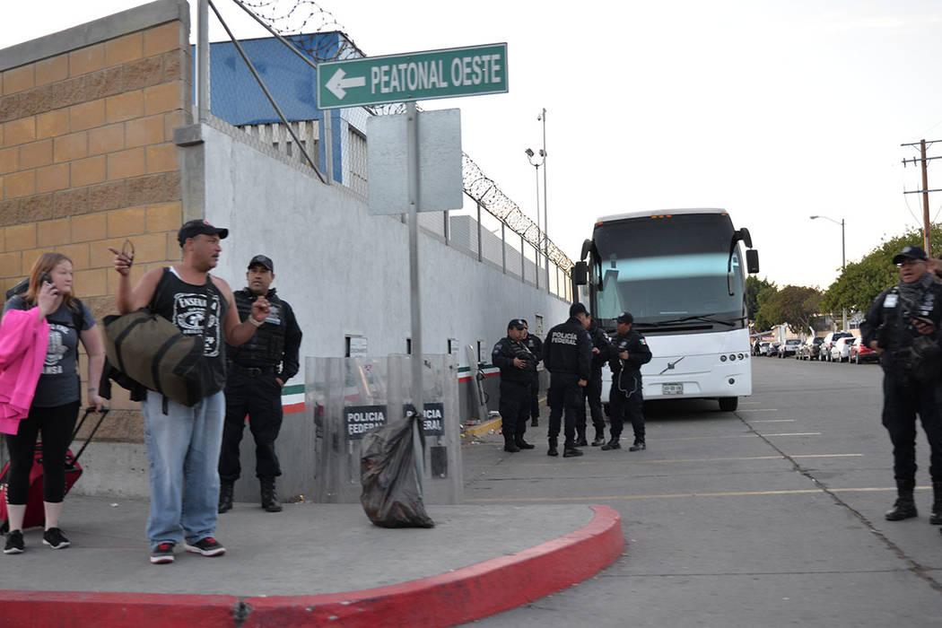 La policía federal de México resguarda el lado mexicano de la frontera, incluso tienen un autobús para transportar a migrantes que sean arrestados o deseen ser repatriados de manera voluntaria. ...