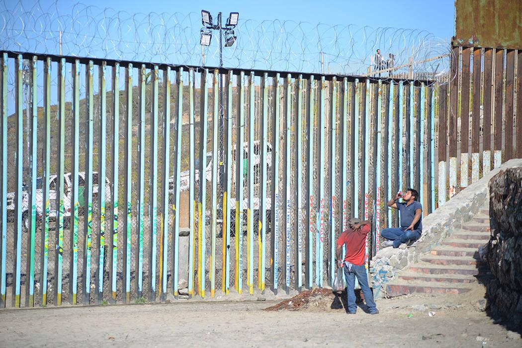 """Pese a su difícil situación, algunos beben cerveza justo en las """"narices"""" de la patrulla fronteriza, del lado mexicano, por supuesto. Domingo 25 de noviembre de 2018, en Tijuana, Baja Califo ..."""