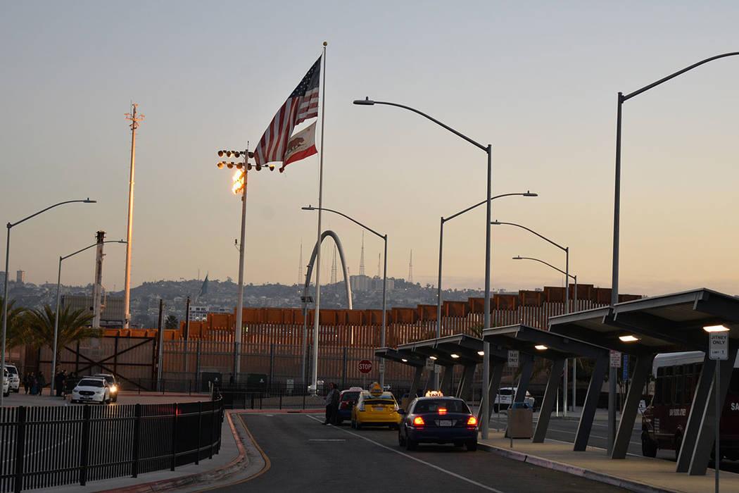 Muchos optaron por utilizar el transporte de taxis en el acceso a un centro comercial ubicado justo en el cruce fronterizo. Domingo 25 de noviembre de 2018, en Tijuana, Baja California Norte.Foto ...