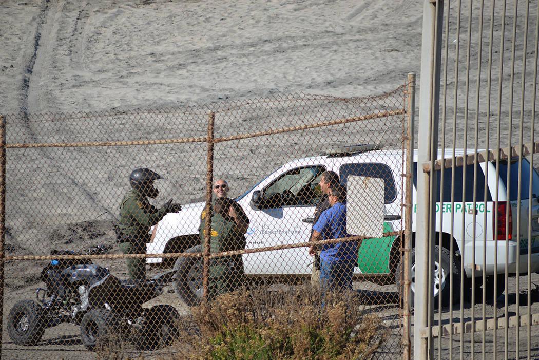 Agentes de la patrulla fronteriza conversan animados en el lado estadounidense de la frontera. Domingo 25 de noviembre de 2018, en Tijuana, Baja California Norte. Foto Frank Alejandre / El Tiempo.