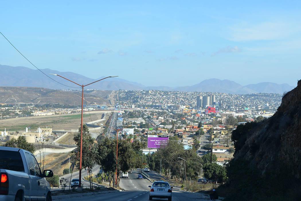 La línea divisoria exhibe la construcción desproporcionada en Tijuana, a la derecha de la foto. Domingo 25 de noviembre de 2018, en Tijuana, Baja California Norte. Foto Frank Alejandre / El Tiempo.