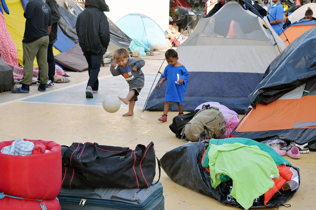 Este par de infantes juega con un balón, dentro del albergue Benito Juárez, es una tristeza que en su inocencia no se den cuenta de la tragedia que viven. Sábado 24 de noviembre de 2018, en Tij ...