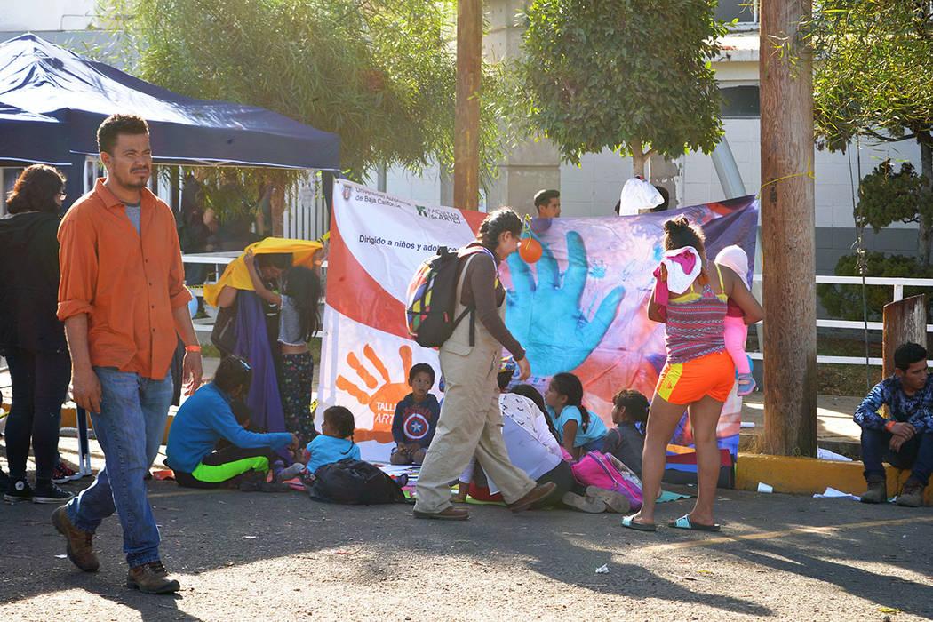 La Caravanas Migrante se compone mayormente de jóvenes, pero también hay familias. Sábado 24 de noviembre de 2018, en Tijuana, Baja California Norte. Foto Frank Alejandre / El Tiempo.