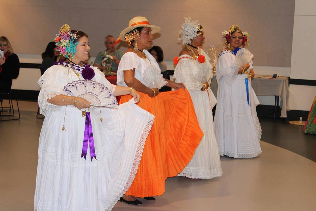 """El grupo Panamá Folklore Las Vegas, presentaron los bailes """"La Denesa"""" y """"El Punto"""". Sábado 24 de noviembre de 2018. Biblioteca West Sahara. Foto Cristian De la Rosa / El Tiempo - Contri ..."""