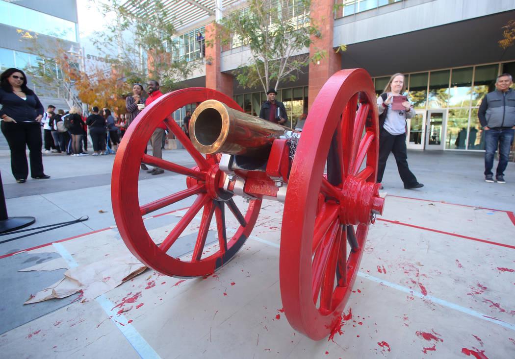 El cañón de Fremont se muestra después de haber sido pintado de rojo fuera de la Unión de Estudiantes de la UNLV el lunes 26 de noviembre de 2019, en celebración de la victoria del equipo de ...